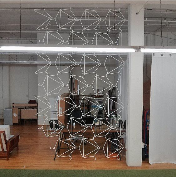 Divide habitaciones con perchas - Handfie DIY