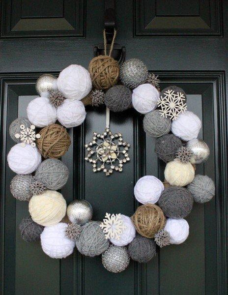 Corona rústica de Navidad hecha con ovillos de hilo