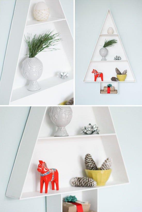 Árbol de Navidad en estantería minimalista