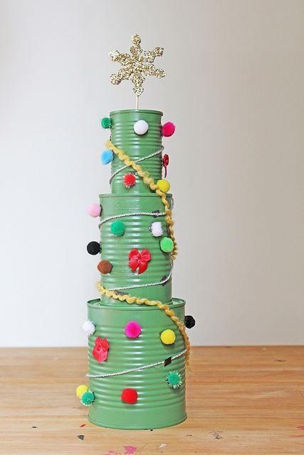 Árbol de Navidad con latas de conserva