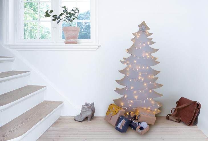 Árbol de Navidad de madera con luces alrededor