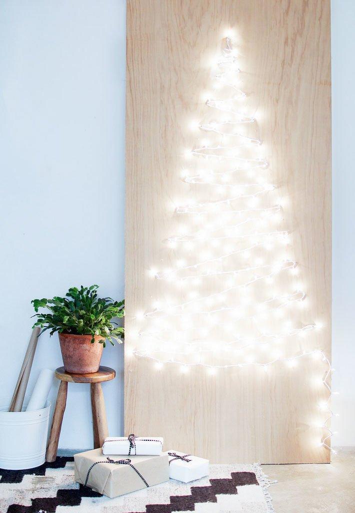 Árbol de Navidad de luces en tablón de madera