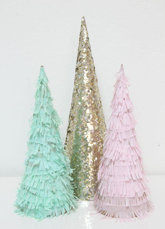 Árboles decorados con papel maché y lentejuelas