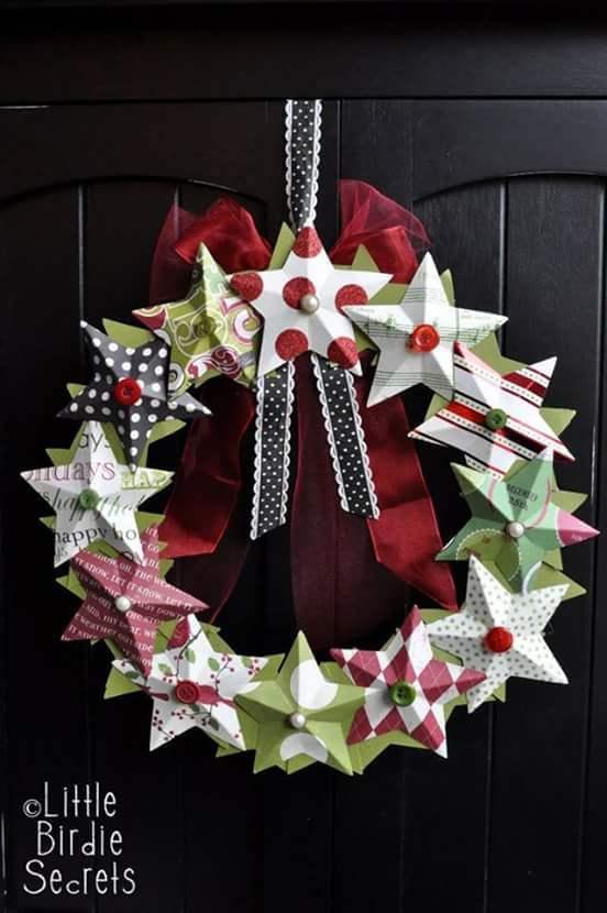 Corona de Navidad hecha con estrellas de cartón