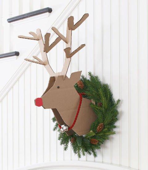Corona de Navidad con reno de cartón reciclado