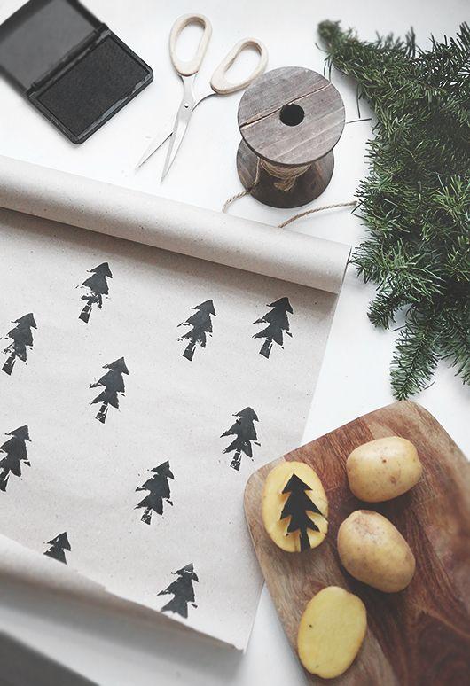 Envoltorios de paquetes o empaquetados para regalos en navidad con estampado de abetos con un sello DIy hecho con una patata.