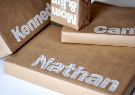 Envoltorios de paquetes o empaquetados para regalos en navidad con letras de periódico sobe papel de estraza marrón..