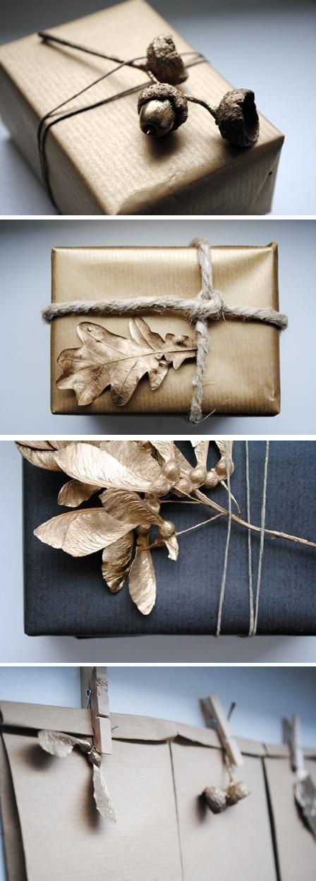 Envoltorios de paquetes o empaquetados para regalos en navidad con naturaleza seca pintada de dorado.