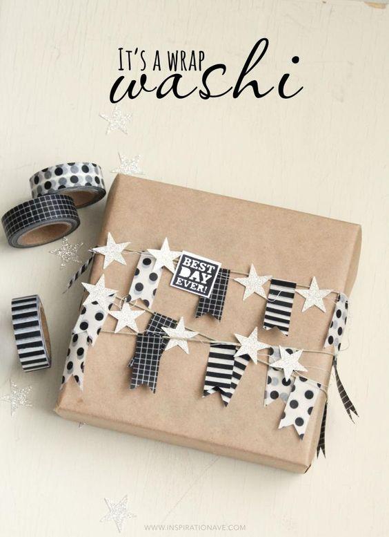 Envoltorios de paquetes o empaquetados para regalos en navidad con banderillas de washitape sobre papel marrón de estraza.