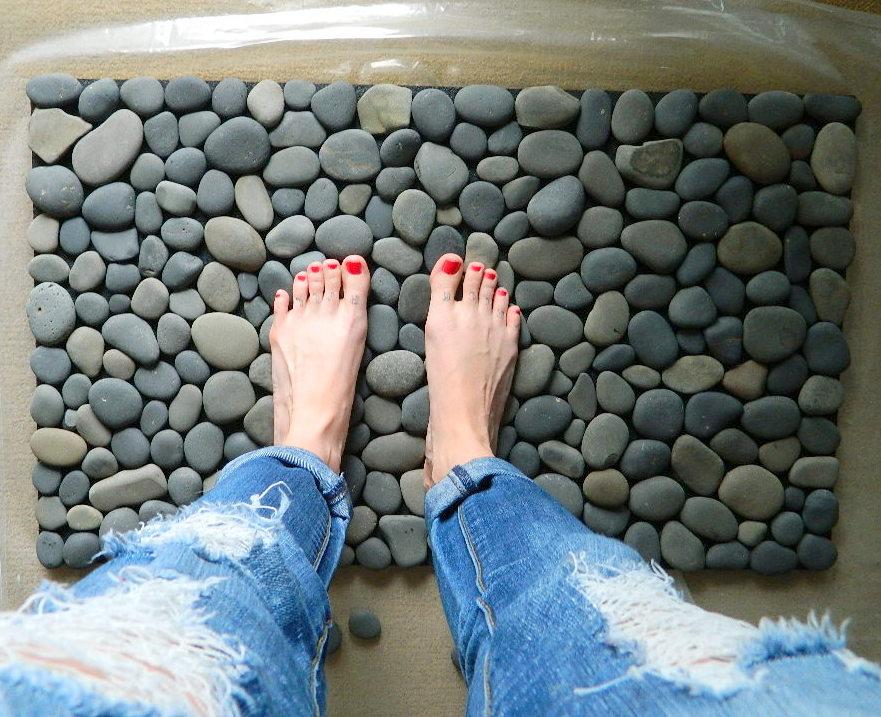 Handfie - 9 ideas de alfombras DIY - alfombra de piedras