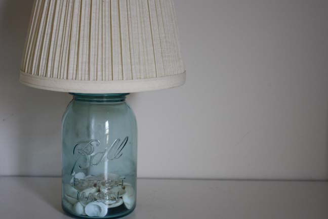 Lámpara de mesa con un bote de cristal
