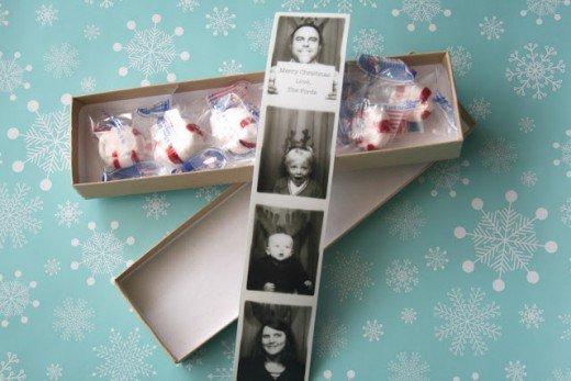 felicitación navideña tarjeta de navidad hipster con fotos de photomaton en blanco y negro con caramelos dentro de una caja