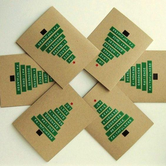 tarjeta navideña de navidad con mensaje hecha con tiras verdes Dymo