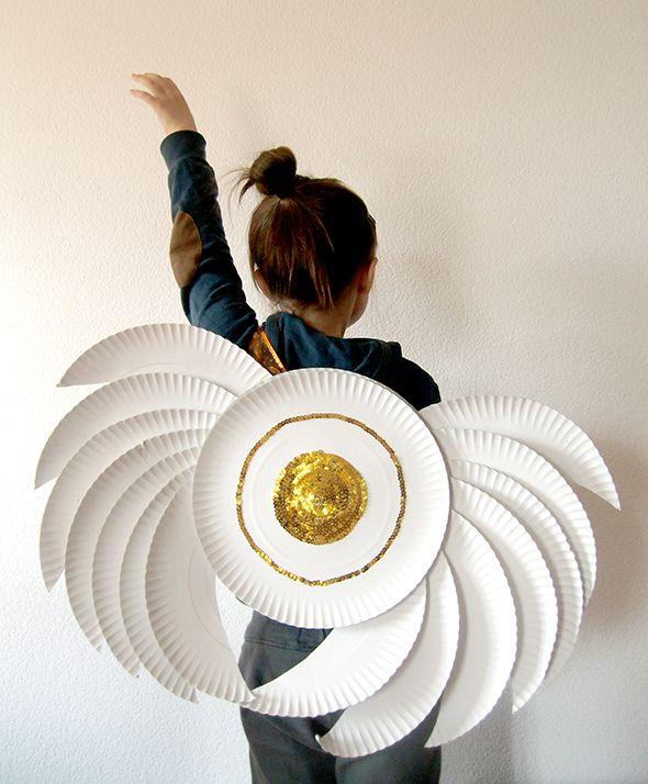 alas de ángel con platos de plástico reciclados