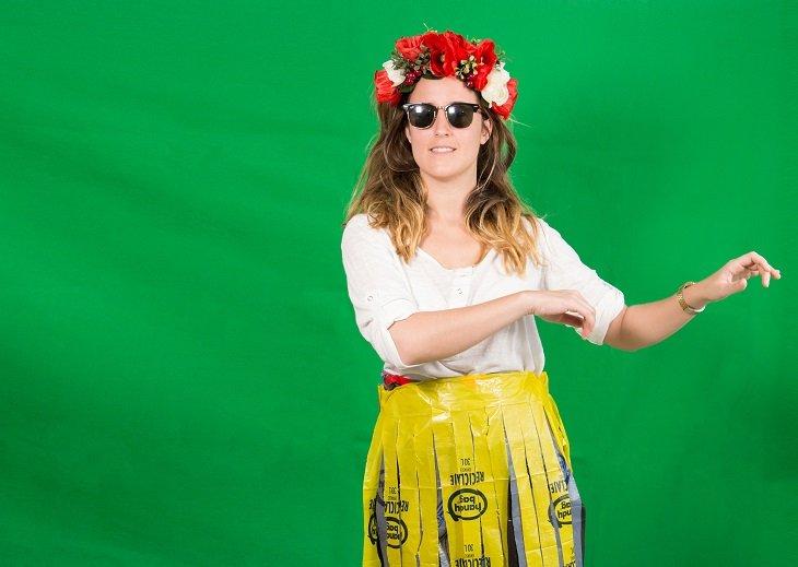 Falda hawaiana con una bolsa de basura reciclada
