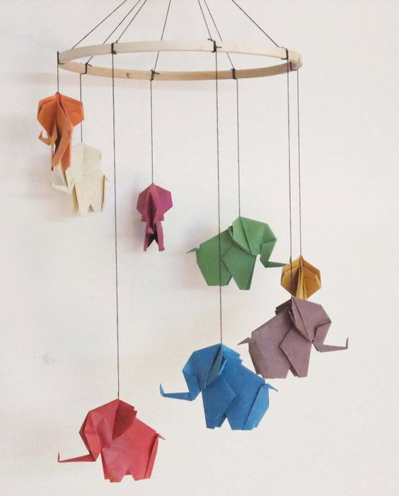 Elefantes de colores hechos con papel con la técnica origami