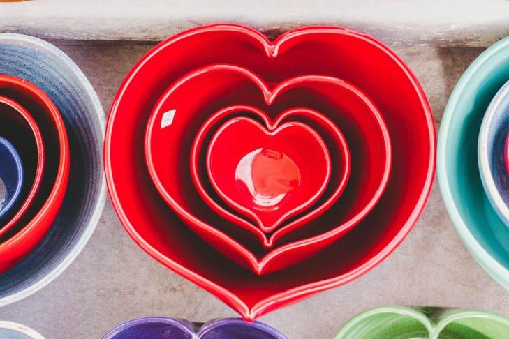 Decoración romántica para san Valentín en la mesa con estos bowls o recipientes de ceramica rojos en forma de corazón.