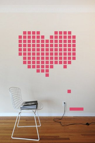 Decoracion romantica para momentos especiales como san valentin o bodas formando un corazon en la pared con post its rosas