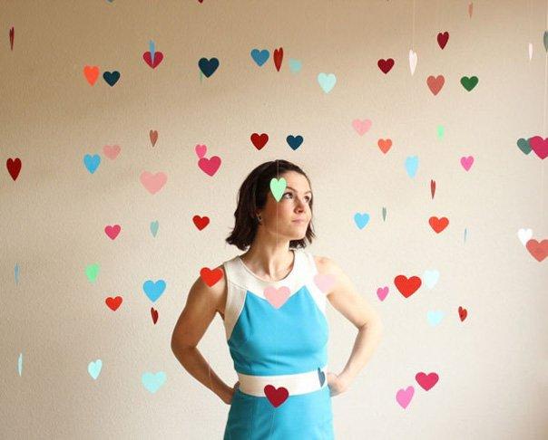 Decoracion romantica para momentos especiales como san valentin o bodas con un mobil de globos de distintos colores flotando en el aire