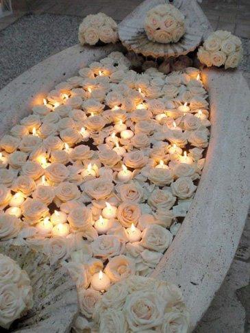 Decoracion romantica para momentos especiales como san valentin o bodas flores y velas que flotan sobre un estanque o la bañera