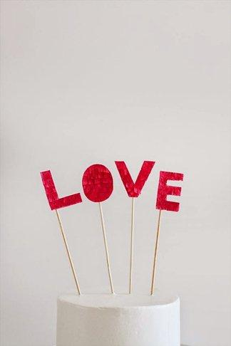 Decoracion romantica para momentos especiales como san valentin o bodas para la tarta con letras de purpurina