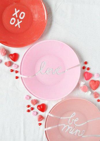 Ideas de decoración romántica para San Valentín por Handfie-diy platos pintados con mensajes de enamorados en rosa y rojo.