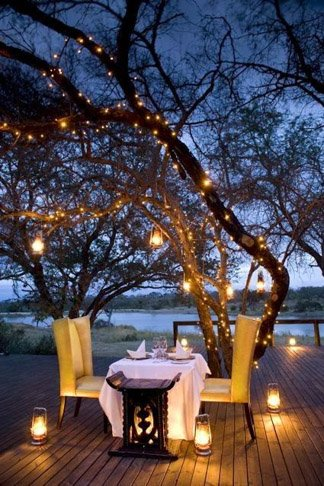 Decoracion romantica para momentos especiales como san valentin o bodas en la naturaleza con una cena para dos