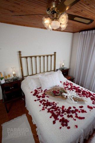Decoracion romantica para momentos especiales como san valentin o bodas clasico con la cama cubierta de petalos de rosas rojas