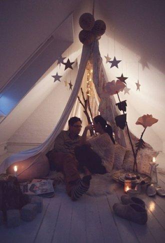 Decoracion romantica para momentos especiales como san valentin o bodas con un tipi o tienda de campaña montada en una habitacion