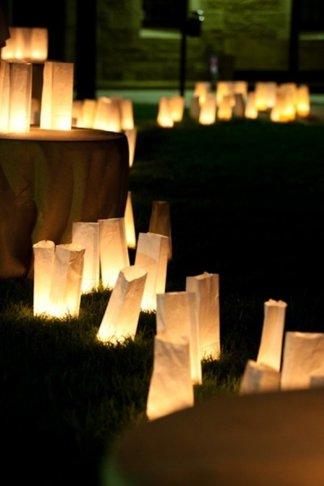 Decoracion romantica para momentos especiales como san valentin o bodas con velas dentro de bolsas blancas de papel