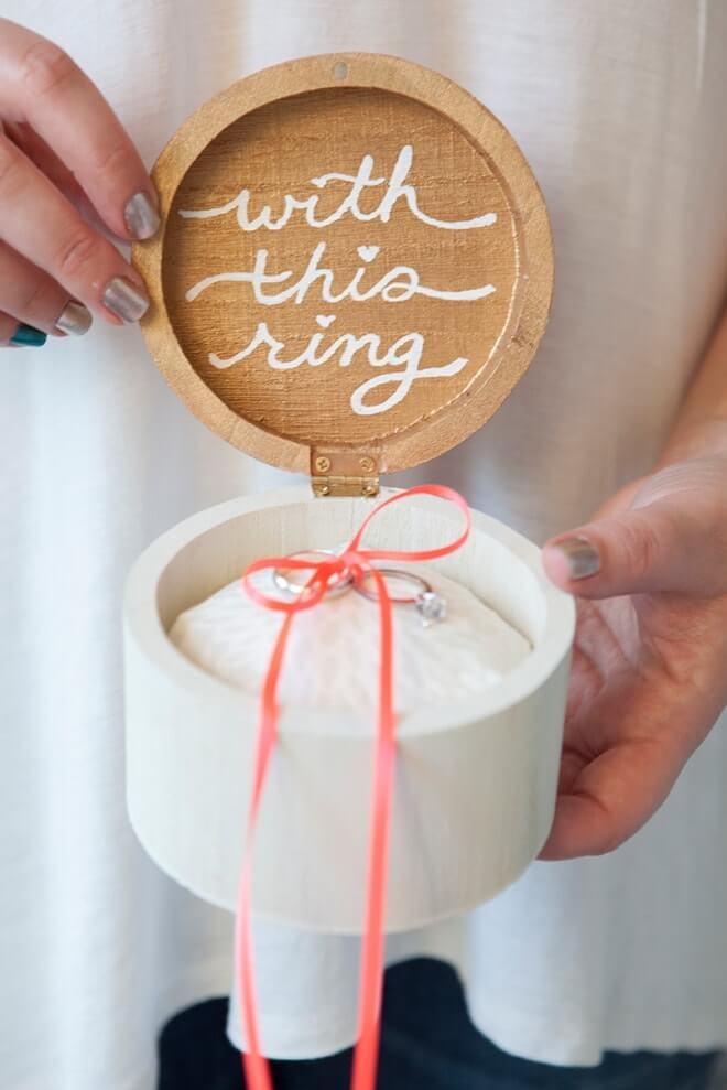 Caja de madera customizada para el anillo de bodas