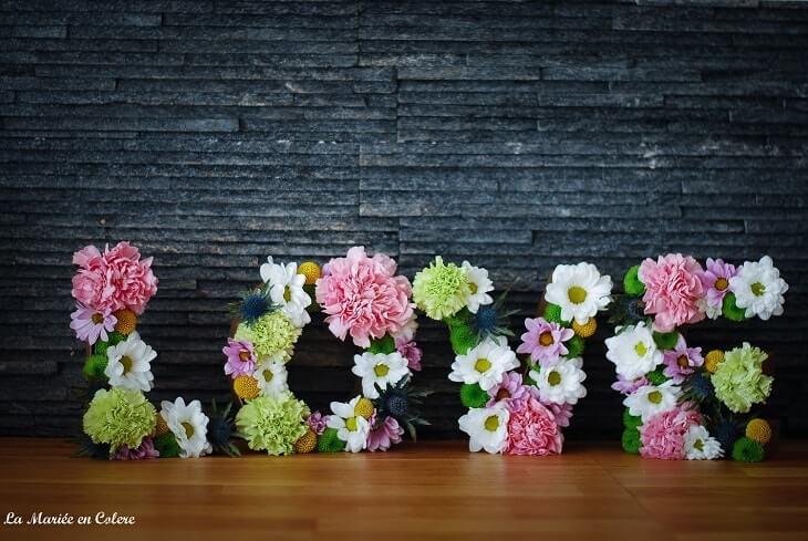Letras de cartón con flores para bodas