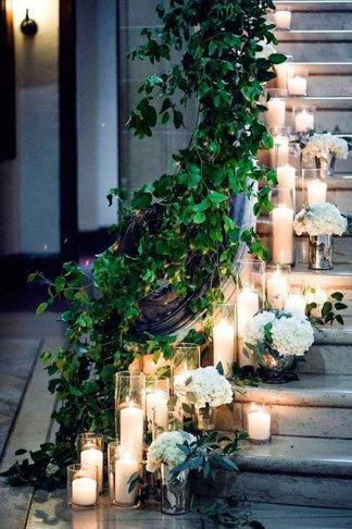 Decoracion romantica para momentos especiales como san valentin o bodas con velas en unas escalera para marcar el camino
