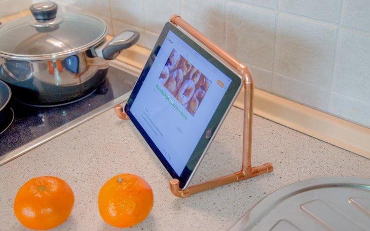 Soporte para el iPad ideal para la cocina, con tubos de cobre