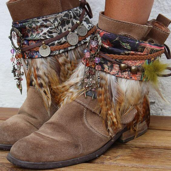 Customiza tus botas boho chic con plumas estilo hippie ibicenco