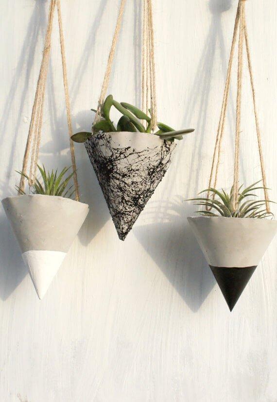 maceteros colgantes de forma triangular hechos con cemento