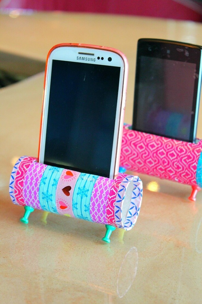 Soporte de móvil con rollos de papel para hacer con niños