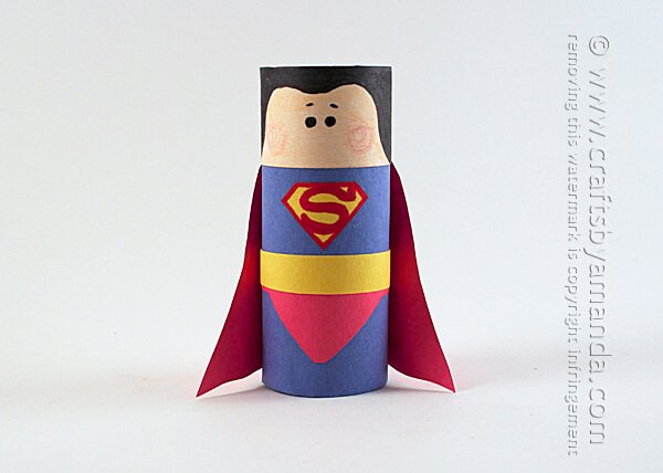 Superman hecho con un rollo de papel