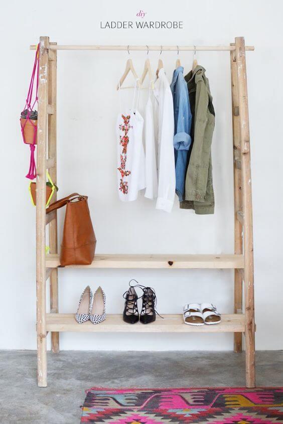 Perchero estilo nórdico con una escalera y estantes de madera