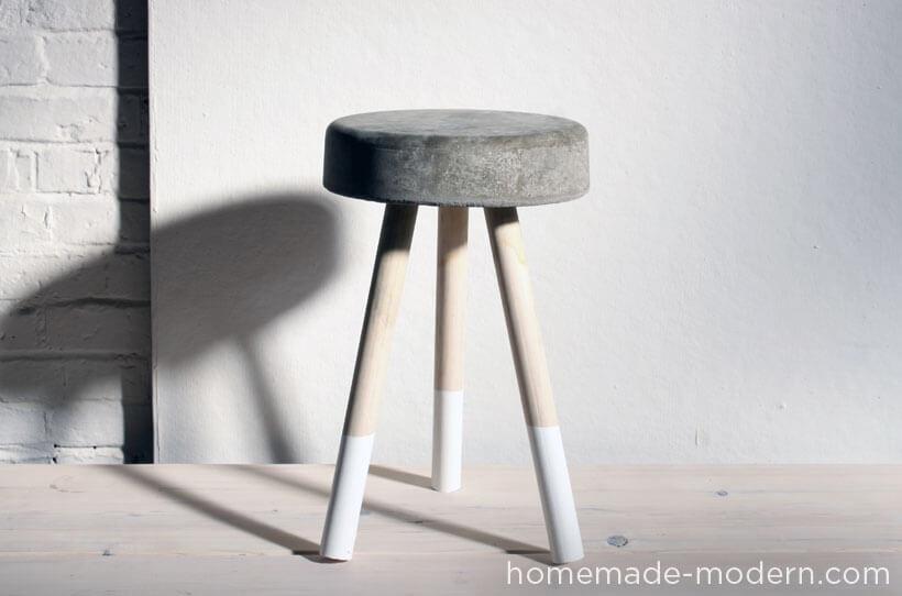 Taburete de cemento y madera