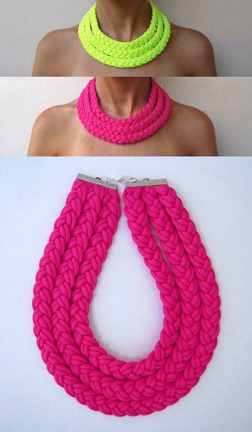 Collar casero hecho con trapillo