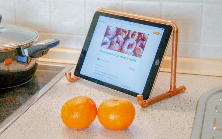 Soporte para la tablet con tubos de cobre