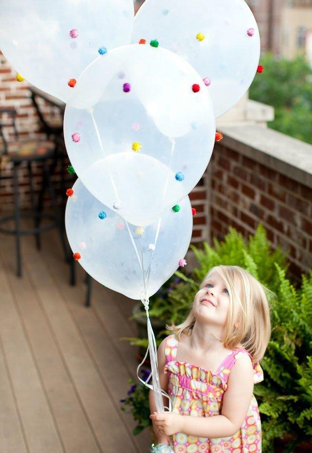 Globos divertidos con pompones para cumpleaños