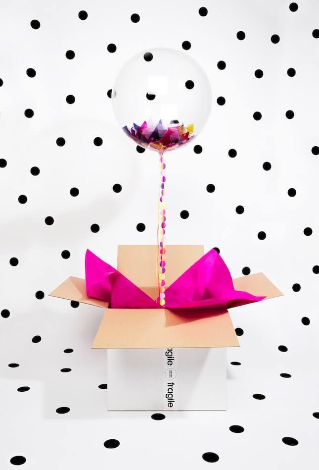 Caja de cartón con un globo sorpresa