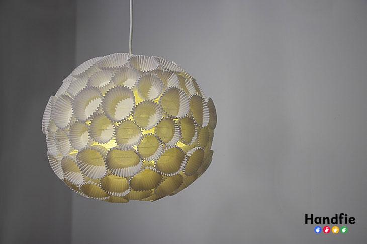 10 ideas de iluminaci n creativa que puedes hacer en casa for Lampara globo ikea