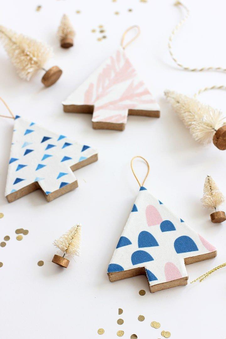 Adorno de Navidad hecho a mano con madera y tela