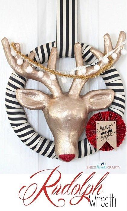 Corona navideña con cabeza de ciervo