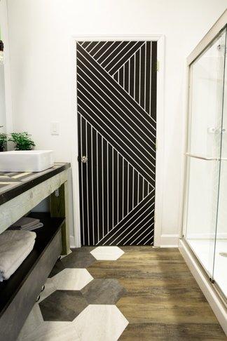 Ideas de decoraci n con cinta adhesiva negra handfie diy for Perchas adhesivas para puertas