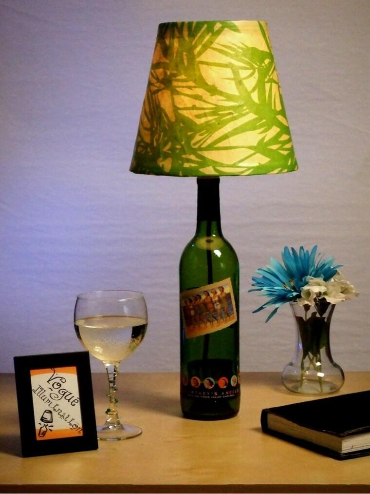 Lámpara hecha con una botella de vidrio