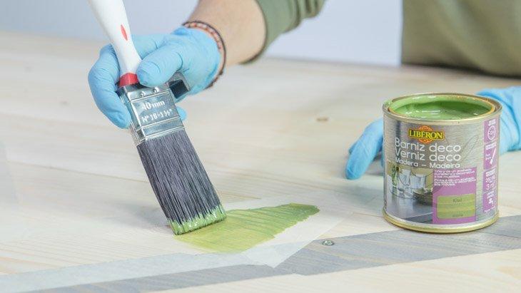 Barniz verde para el diseño del cabecero de madera